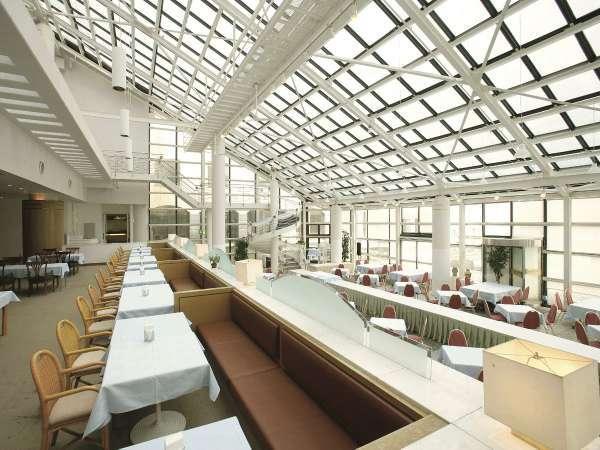 ビュッフェレストラン「アゼリア」天井が高く開放的