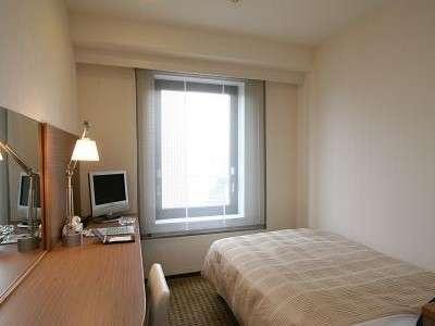 シングルルーム(12.3㎡) 白い壁と木目調家具とのコントラストが、落ち着いた雰囲気を演出。
