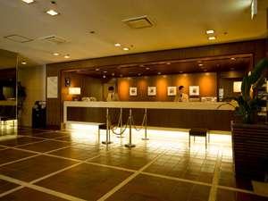 照明を抑えた落ち着いたムードのフロントでは、お客様を笑顔でお出迎え。