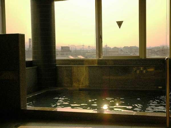 展望大浴場(男性のみ)。きれいな夕日を眺めながらのんびり。