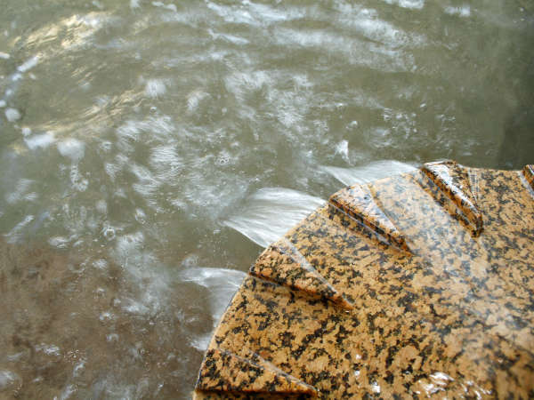 源泉の元湯は、地下約1,300mから湧き出しており、南知多では珍しいほぼ無色透明の湯となっております。