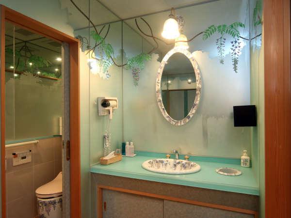お部屋の洗面やトイレには、藤や桜の花を彩った有田焼を使用しております