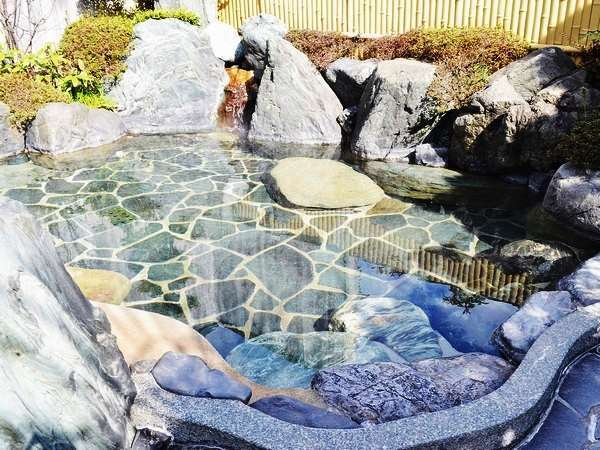 【露店風呂】①露天風呂は、岩風呂をイメージした佇まい。開放感を満喫できます。