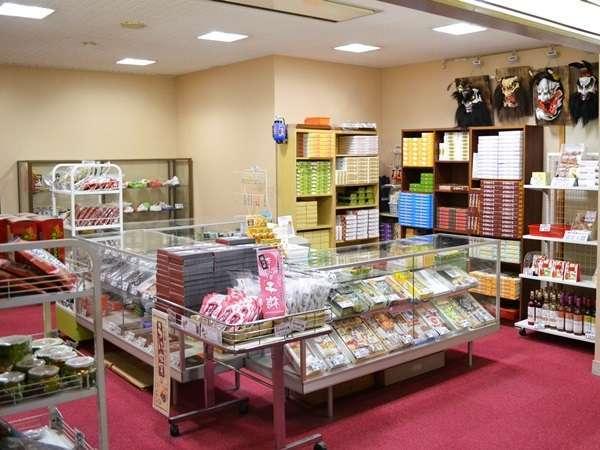 売店には地元の工芸品や和菓子などのお土産品を各種取り揃えております。
