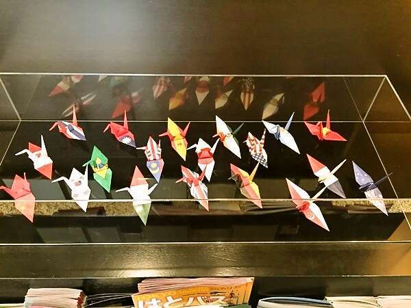 国旗をかたどった鶴がお出迎え♪何国言えるでしょうか♪