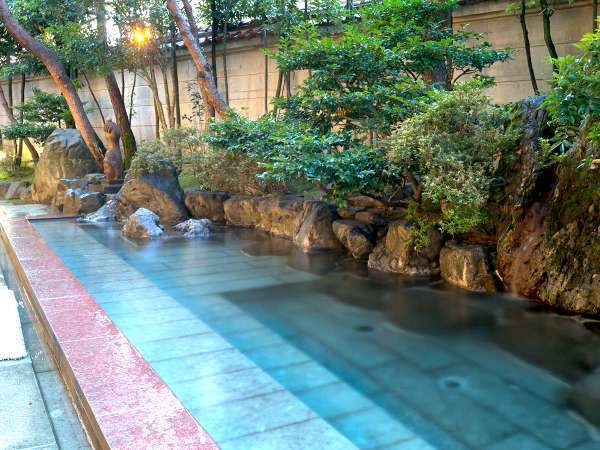 【露天風呂】夜にはライトアップされ、さらに幻想的な雰囲気に。
