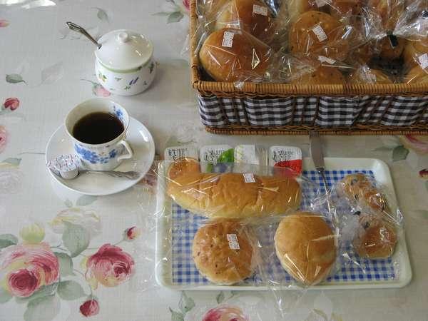 朝食付きのプランはパンとコーヒーとサラダ、ゆで卵がつきます。