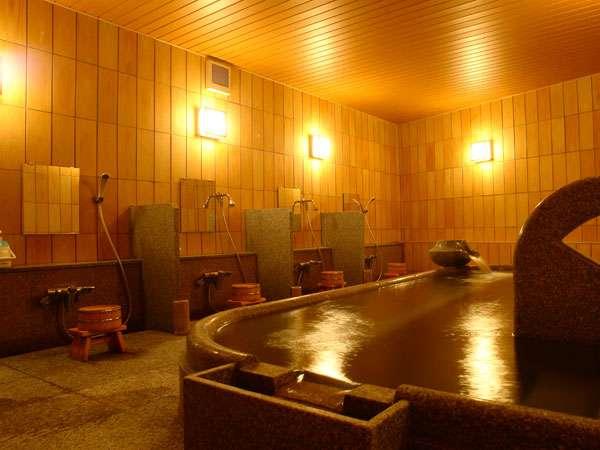 [大浴場・内風呂]内風呂は少し深めの湯船です。肩まで全身つかることができ、体の凝りがほぐれます。