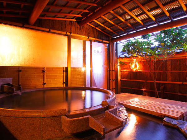 [大浴場・半露天]珍しい石製の丸型の半露天風呂。夜は男性、朝は女性でご利用頂けます。