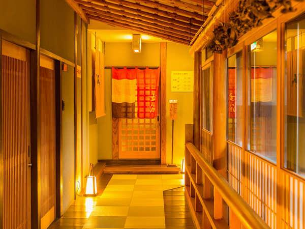 [廊下]1階は回廊のような造りになっています。