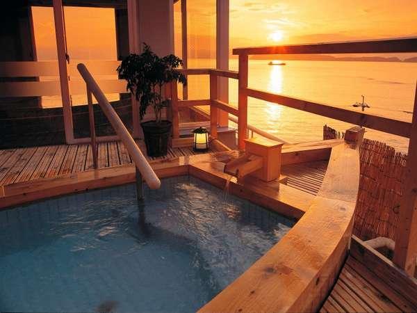 舟形露天風呂/遠くに淡路島が見えます。加太の夕陽は最高です!