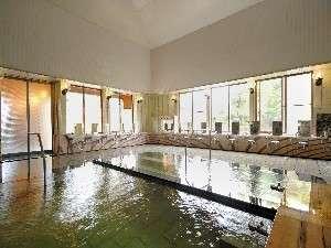 【大浴場】朝5時~夜10時まで。熱湯・ぬる湯には手すりあり、浴槽ふちに段差あり(2段)