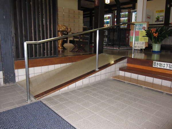 正面玄関を入ると、階段と車イス用スロープあり