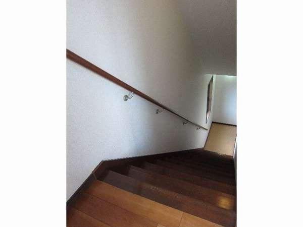 【2階 温泉付特別室】部屋の奥にある階段を降りると温泉あり※貸切風呂と同タイプの温泉です