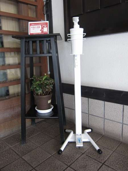 正面玄関に足踏み式アルコールを設置しております