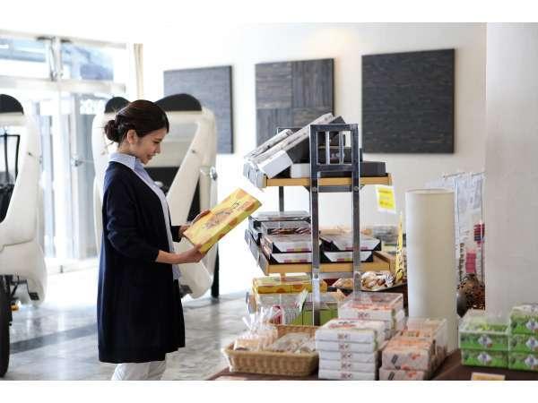 一階には売店コーナーを設置しております。岡山ならではの御土産をご用意しております。