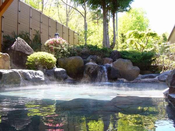 寛ぎの露天風呂。八ヶ岳の裾野、標高1200m。その地下1700mから湧き出す源泉100%の硫酸塩泉