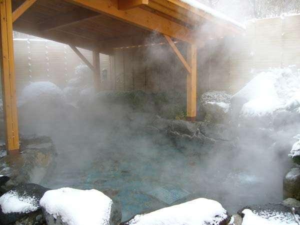 冬の鹿の湯露天風呂。八ヶ岳の裾野、標高1200m。その地下1700mから湧き出す源泉100%の硫酸塩泉