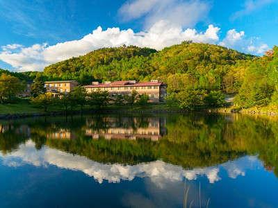 鹿の湯のほとりに建つ寛ぎのホテル。中央道「小淵沢IC」6キロ