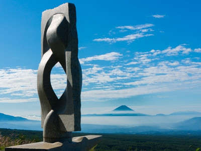 八ヶ岳の南端に飛び出した富士見高原創造の森。富士山、北岳、奥穂高の日本三大高峰を望む展望台