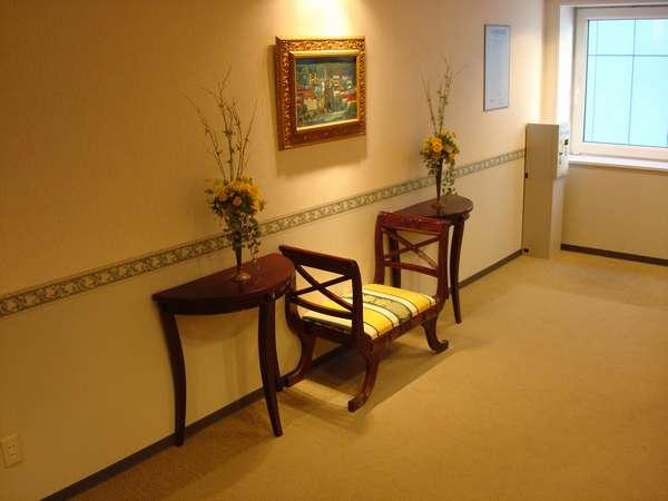 【館内】エレベーターホールの家具・絵画です。