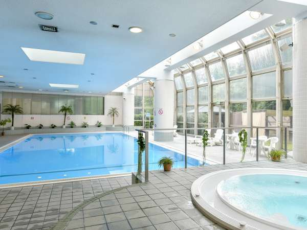 自然光たっぷり!1年中快適な室内プール