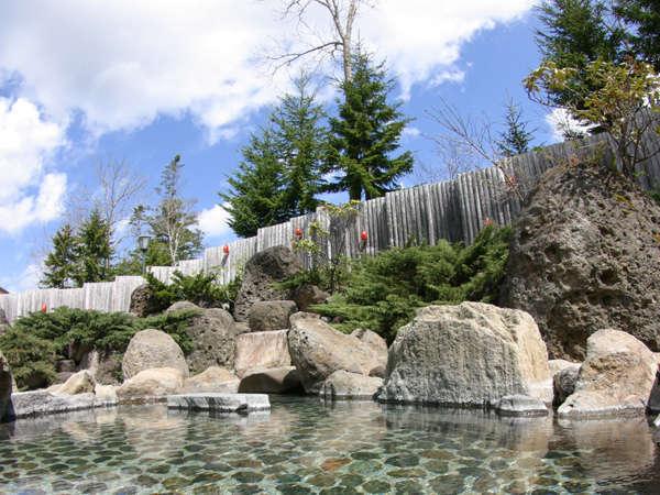 【奥屈斜路温泉 ランプの宿 森つべつ】清流に囲まれた森の奥深くにある、静寂に包まれた隠れ家的な温泉宿