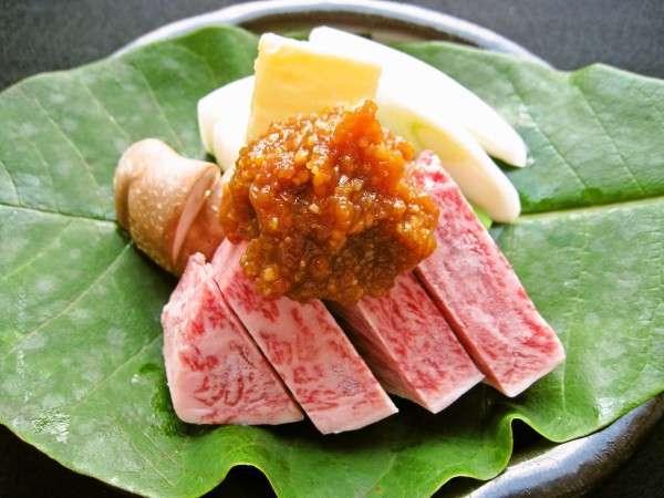 自家製味噌を使ったA5ランク飛騨牛朴葉味噌焼き。