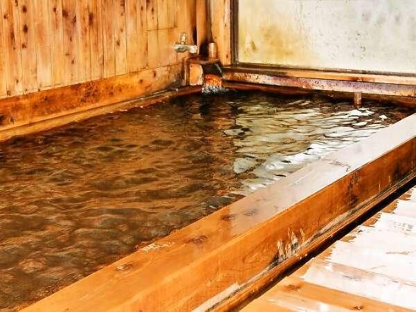 源泉かけ流し、ひのき造りの内湯。24時間入浴可。