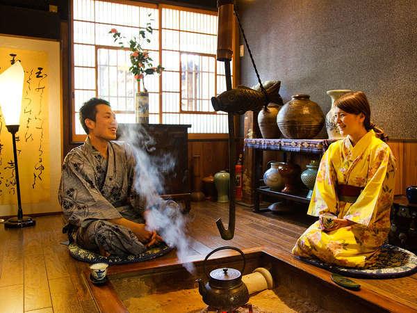 【囲炉裏の間】ゆったりお茶をしながら歓談いただけます