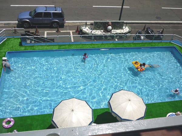 夏休み期間限定の屋外プールは、お子様も安心!