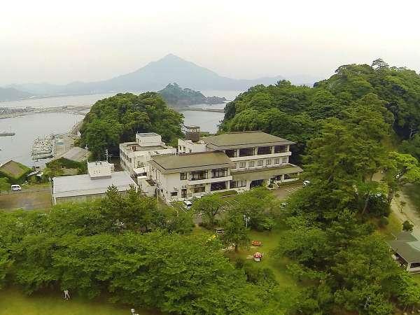 城山荘全景◇奥に見える山が若狭富士(青葉山)です!