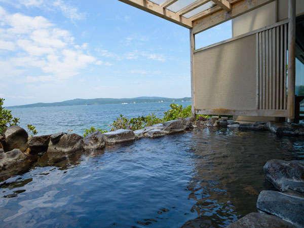 能登島を眺めながら海の上に浮かんでいるような露天風呂をお愉しみくださいませ