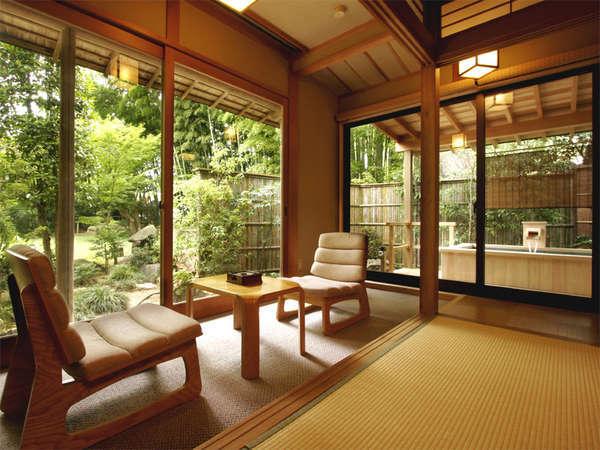 【柊】大きな窓より自然光が降り注ぎます。