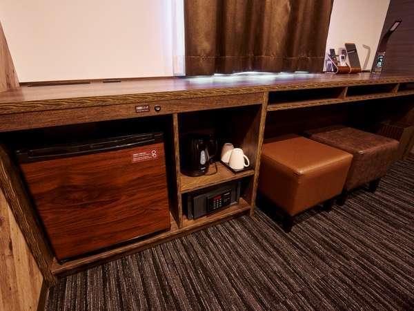 【ダブルルーム】幅広のデスク、椅子は2脚、冷蔵庫、耐火金庫、電子ケトルをご用意しております。
