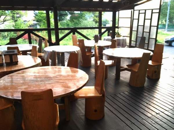 BBQは木のテーブルと椅子で雰囲気も◎