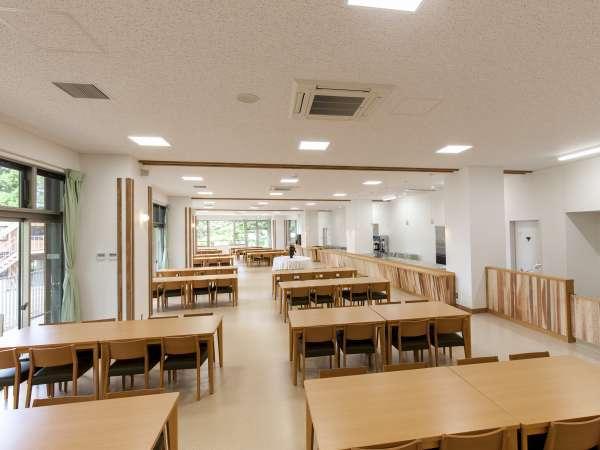 新しくリニューアルした本館食堂。静岡県景観賞を受賞した自然豊かな景観を眺めながらお食事ができます。