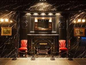 【館内】フロント前の趣きある暖炉 ※残念ながら使用は致しておりません。