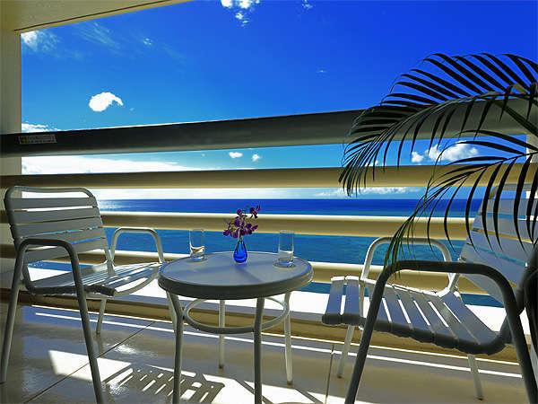 海側のお部屋からはエメラルドグリーンの東シナ海が皆様をお待ちしております。