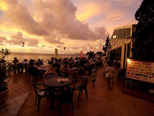 ビーチで夕日を見ながら一杯!!