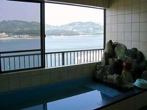 流れる潮を眺めて心と身体を癒してね。(天然鉱石)ブラックシリカの湯。目の前は海!
