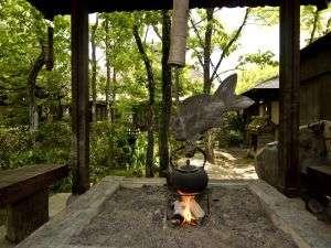 敷地内の休憩所(東屋)で庭を眺めながら心地よいひとときを
