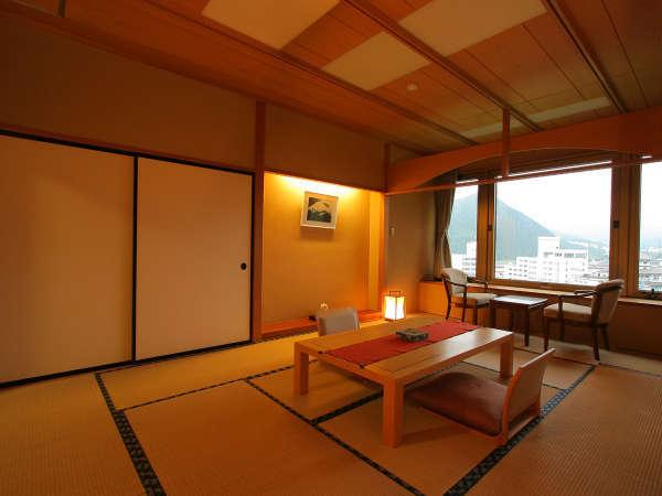 ひのき風呂付き特別室。12畳の他に、次の間が付いた贅沢な造りの特別室。