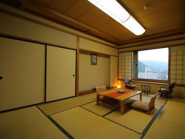 12畳和室:大きな窓からは湯沢の山々、町、森が見渡せます。広々とした和室でのんびりお過ごしください。