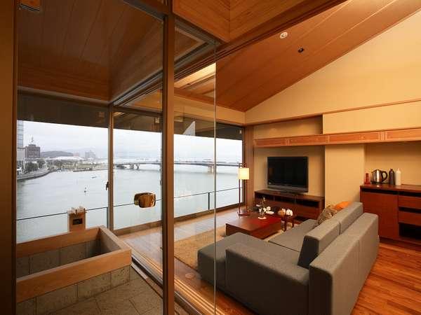 【宍道湖一望の個室風呂付き和洋室】大きな窓から湖を望む。好きなときに好きなだけ湯浴みを楽しめる。