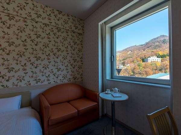 【雄大な眺めを愉しむ高原リゾート】四角く開けられた窓からは、四季の眺望がまるで絵画のように