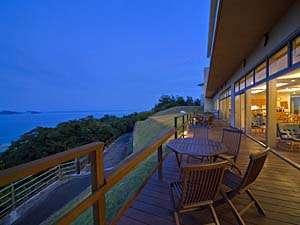 【夕暮れのウッドテラス】穏やかな瀬戸内海の風景を眺めていると時間を忘れてしまいます。