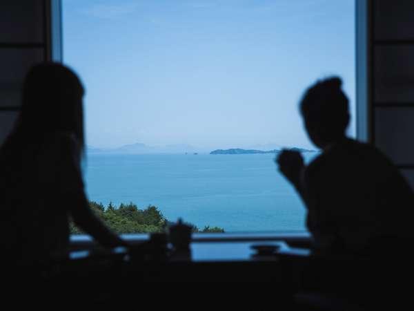 【10畳和室(禁煙)・全室オーシャンビュー&WiFi接続可能】くつろぎの和室より瀬戸内海を眺める