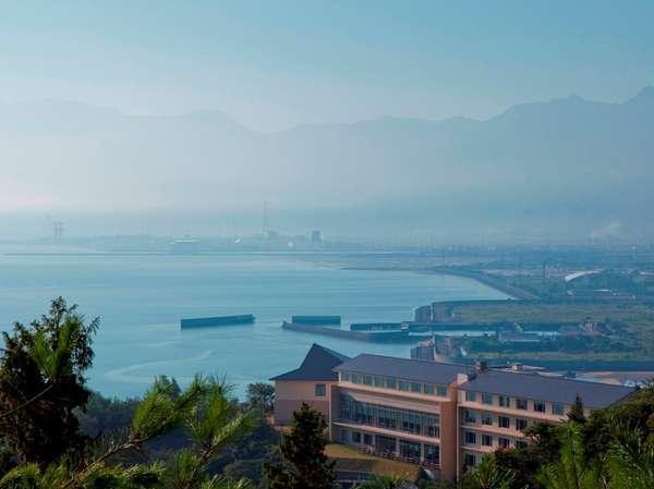 【外観】穏やかな瀬戸内海沿いの高台に建ち、石鎚の稜線も楽しめる♪