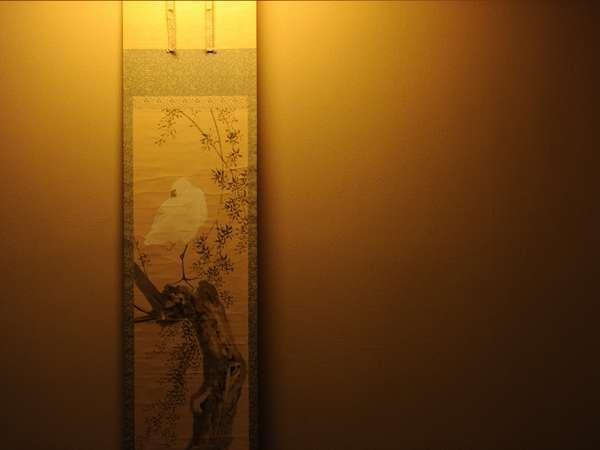 ~部屋ごとに異なる掛け軸や生け花、調度品をお楽しみください~